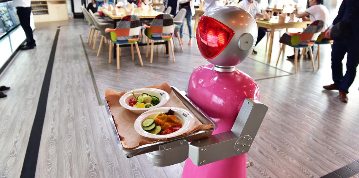Китайские роботы-официанты начнут работать в японских ресторанах