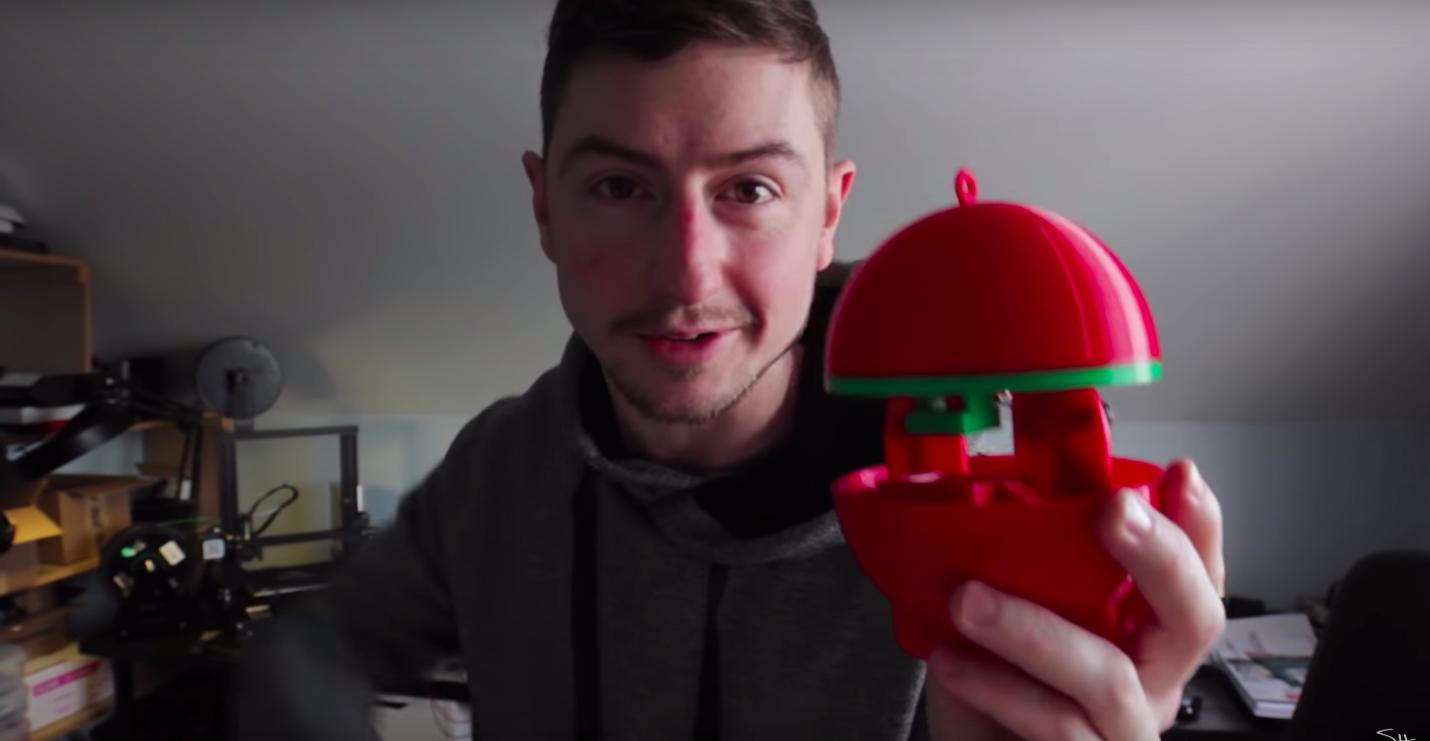 Картинки по запросу фото Американский инженер распечатал на 3D-принтере елочную игрушку. А потом разместил в ней крошечный 3D-принтер!