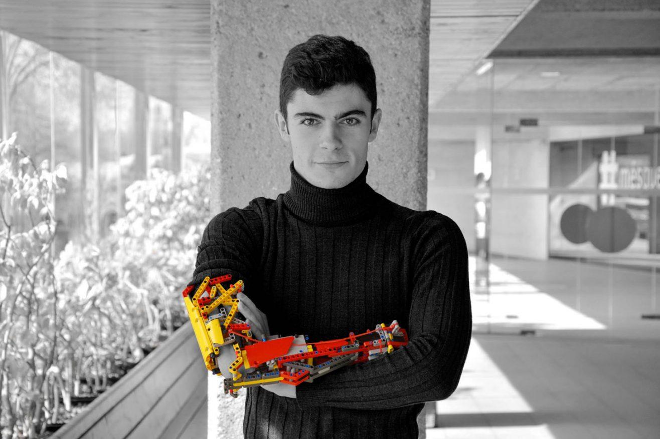 Картинки по запросу 19-летний инженер сделал протез руки из кусочков «Лего»