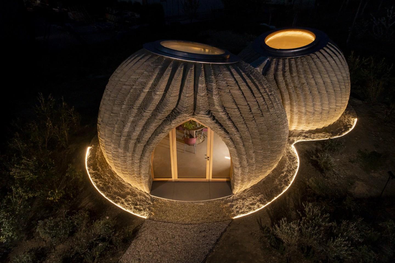 Подивіться на будинок з грунту і трави, який надрукований на 3D-принтері